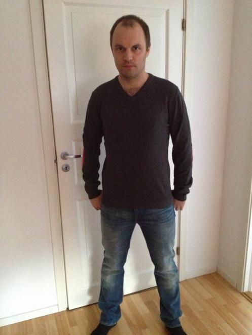Jag med ett par jeans och en tröja.