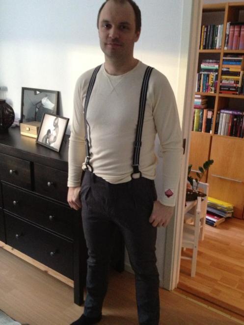 Byxor med hängslen och en vit tröja.